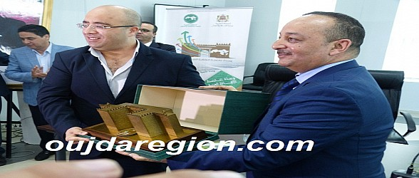 الاعرج وزير الثقافة يسلم درع التكريم لهشام الصغير رئيس مجلس عمالة وجدة