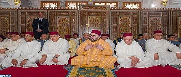"""أمير المؤمنين يؤدي صلاة الجمعة بمسجد """"عثمان بن عفان"""" بالضويات (إقليم مولاي يعقوب)"""