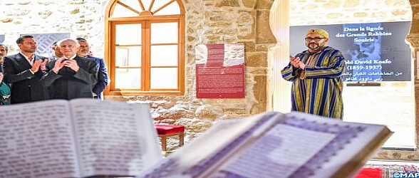"""المدينة العتيقة للصويرة .. أمير المؤمنين يزور """"بيت الذاكرة""""، فضاء روحي وتراثي لحفظ الذاكرة اليهودية المغربية وتثمينها"""
