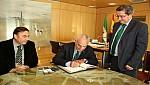 جهة الشرق:رئيس غرفة التجارة والصناعة والخدمات  يوقع إتفاقية تعاون  في مجال التجارة والأعمال