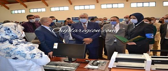صوت وصور..الوالي الجامعي يوزع تجهيزات و معدات ل32 سجين لخلق مشاريع مدرة للدخل بوجدة